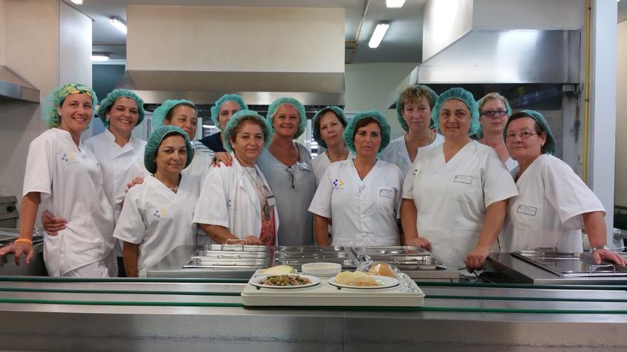 María Rosa Hernández (centro) con las profesionales del Servicio de Cocina. Foto: LUZ RODRÍGUEZ.