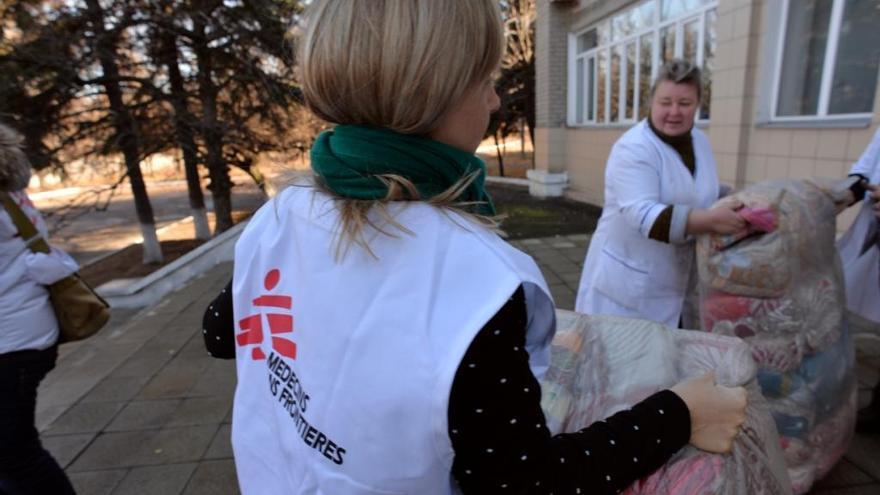 Con la llegada del invierno y las precarias condiciones del hospital, los pacientes necesitan urgentemente mantas y ropa de abrigo para poder mantener el calor. Los equipos de MSF han distribuido 15.000 mantas a éste y otros hospitales de la zona, así como a otras personas que viven en condiciones precarias en Donetsk y Luhansk. Fotografía: Julie Rémy / MSF