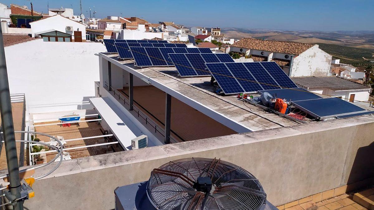 Instalación de placas solares en edificios.