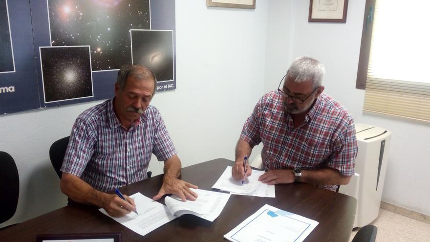 Un momento de la firma del documento de autorización de la marca.