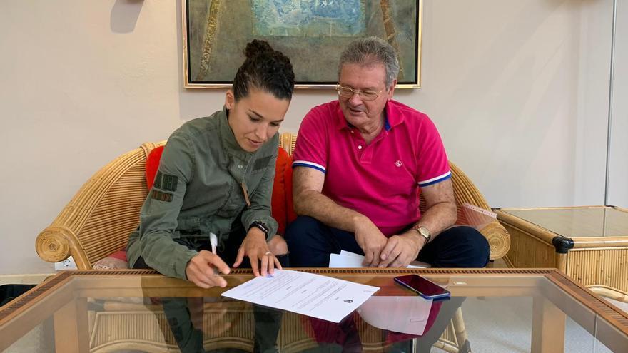 Silva Doblado firmando su contrato en presencia del presidente Sergio Batista