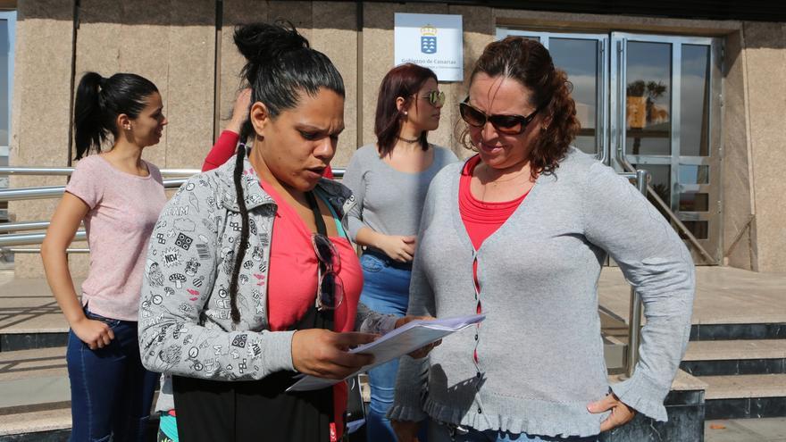 La presidenta del Ampa, Noelia Hernández, junto a otra de las madres de alumnos, Fátima Suárez.