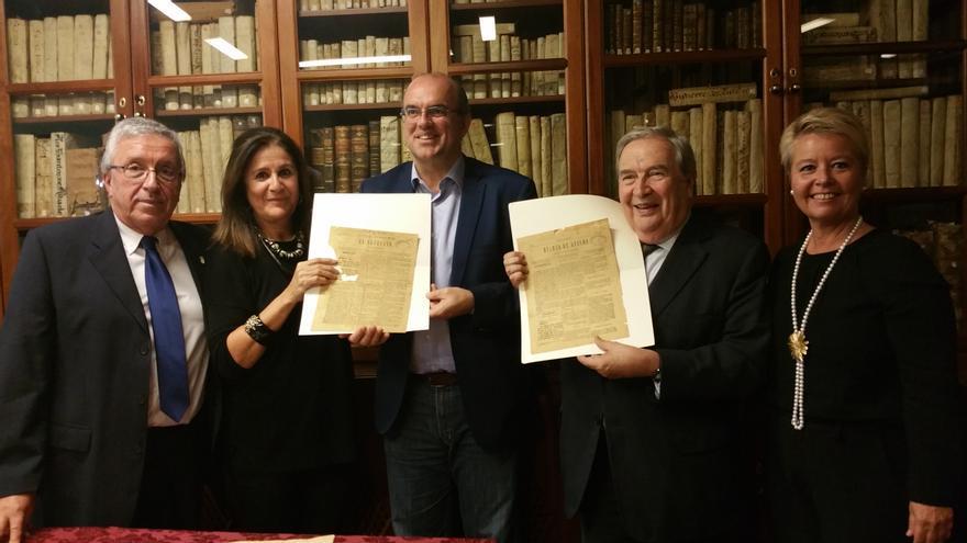 Carlos Lugo (i), Mari Carmen Aguilar, Anselmo Pestana, Jerónimo Saavedra y Rosa Aguado con los ejemplares encontrados. Foto: LUZ RODRÍGUEZ.