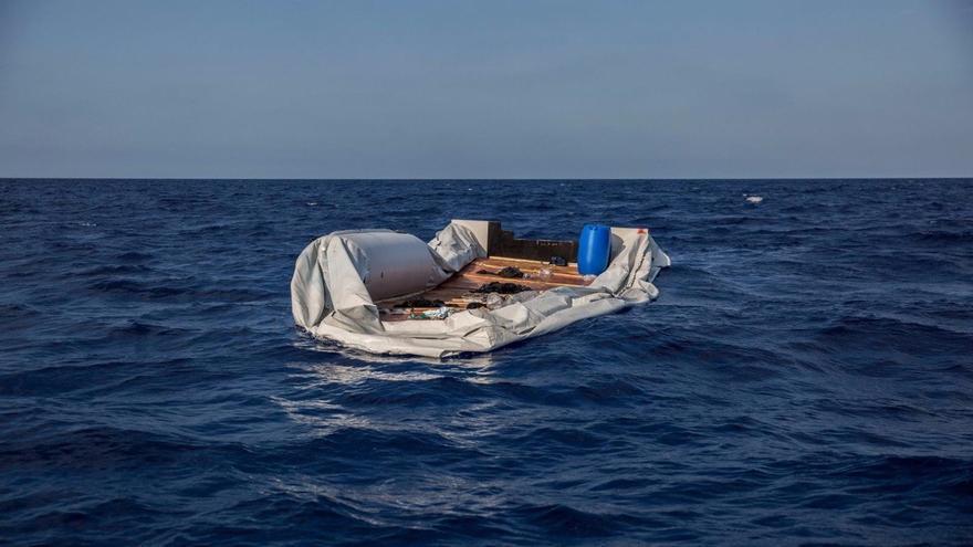 Imagen de archivo. Barca semihundida en las aguas entre Italia y Libia, localizada por Open Arms en junio de 2018.