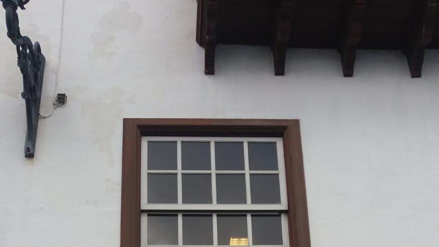 Cristal roto en la fachada principal de La Cosmológica.
