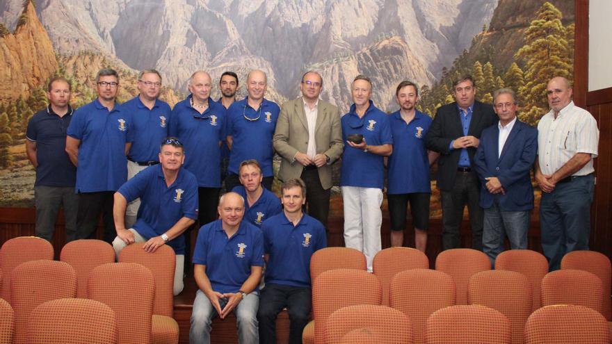 En la imagen, las autoridades con la tripulación del velero Nashachata II.