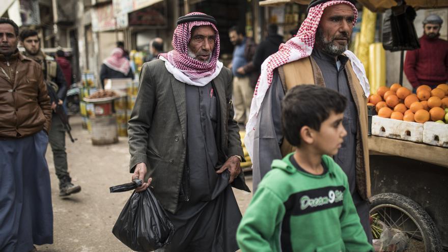 Habitantes de Azaz pasean el 28 de enero por las calles de la ciudad situada en la provincia siria de Afrin.