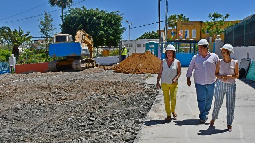 Pino González, Onalia Bueno y Mencey Navarro, en una visita a las obras de la escuela infantil de Arguineguín.