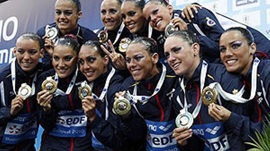 Thaïs Henríquez, en la fila superior -primera por la izquierda-, ha logrado dos preseas de plata en Budapest. (LASZLO BALOGH / REUTERS)