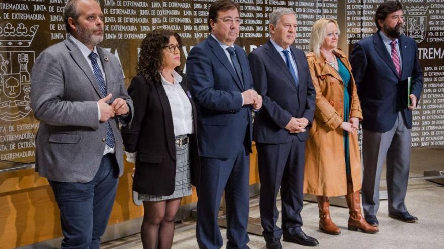 El presidente de la Junta de Extremadura, Guillermo Fernández Vara, firmó en Mérida con los agentes sociales, CREEX, UGT y CCOO, la 'Declaración para la concertación social en Extremadura 2020-2023. Desarrollo Económico, Cohesión Social y Creación de Empleo'