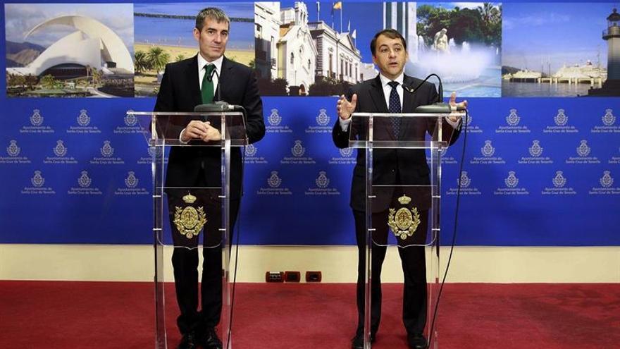 El presidente del Gobierno de Canarias junto al alcalde de Santa Cruz de Tenerife durante la rueda de prensa ofrecida tras visitar el Ayuntamiento / Cristóbal García/EFE