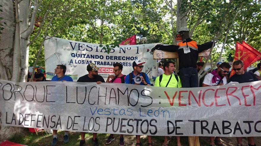 Trabajadores de Vestas en la sede de Madrid manifestándose