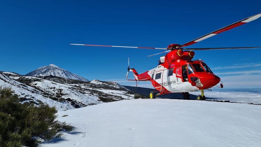 Un helicóptero del GES rescata a un hombre que sufrió una caída en Las Cañadas del Teide y no pudo ser evacuado por carretera