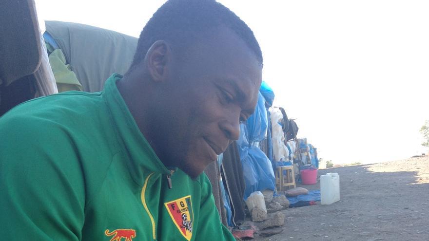 Ahmed, recién llegado de Guinea a , espera a que sus padres le envíen dinero para llegar a Europa. / Elena González.