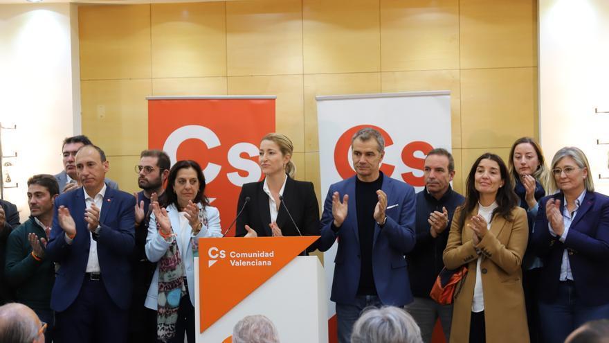 María Muñoz y Toni Cantó junto al equipo de Ciudadanos en su sede