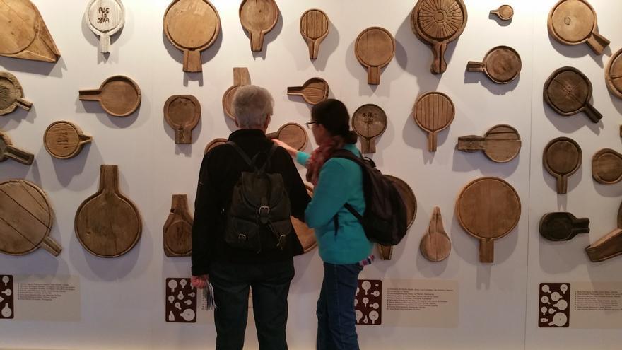 En la muestra se expone una colección de queseras o 'empleitas'.
