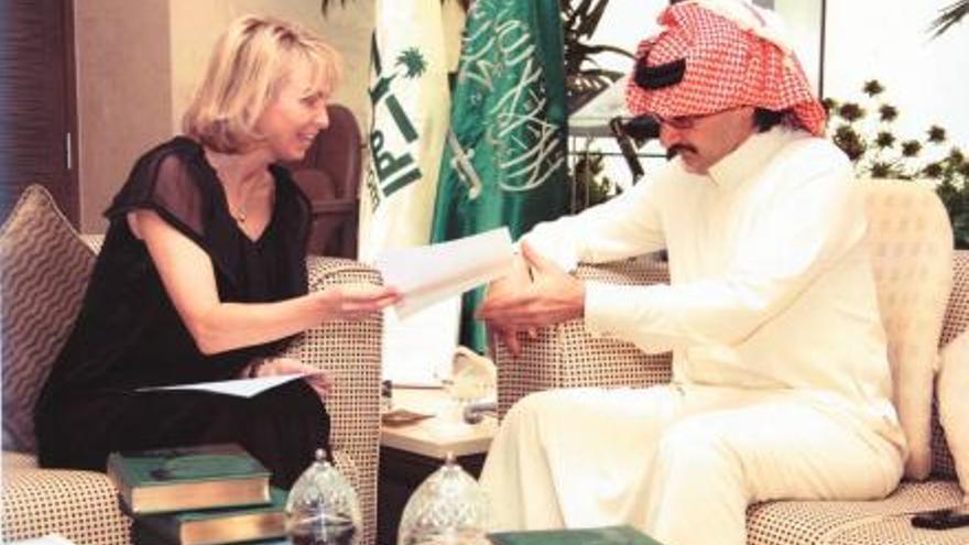 """Corinna y el príncipe saudí Al-Waleed bin Talal en Riad, en la reunión de junio de 2007 a la que ella acudió como """"representante"""" del rey."""