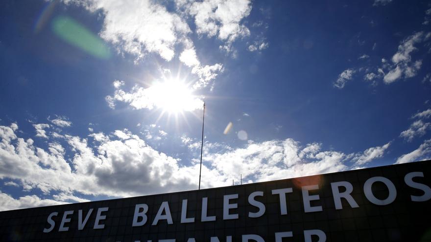 El viento impide aterrizar en el 'Seve Ballesteros' un avión procedente de Madrid