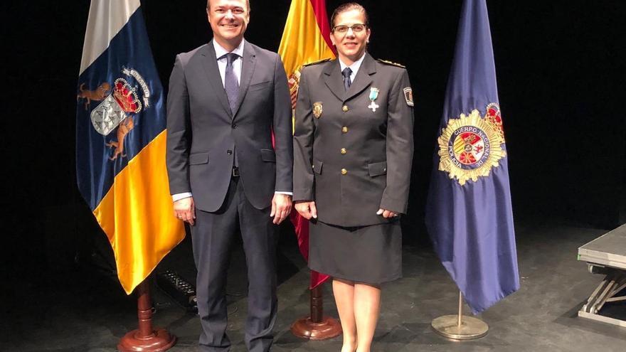 El alcalde de Las Palmas de Gran Canaria, Augusto Hidalgo, y la nueva jefa de la Policía Local, Carmen Delia Martín