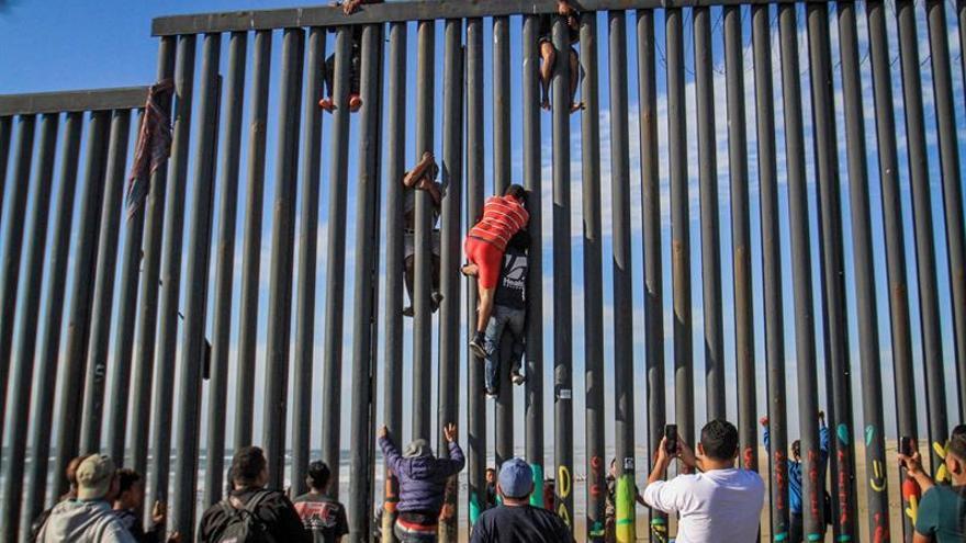 Migrantes escalan el muro y cruzan ilegalmente a EE.UU. desde el noroeste de México
