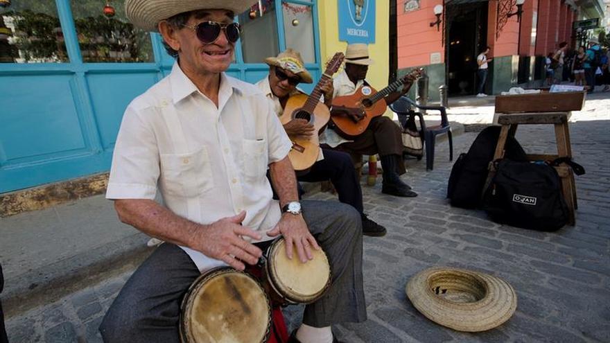 "Ya sin Fidel, Cuba vuelve a la ""resolvedera"" cotidiana"
