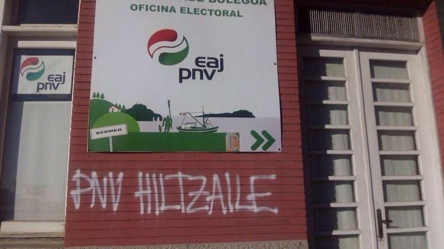 """Aparecen pintadas en el batzoki de Bermeo en las que llaman al PNV """"asesino"""" y piden la amnistía para los presos de ETA"""