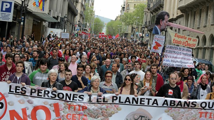 La manifestació contra el TTIP a la Via Laietana / ENRIC CATALÀ