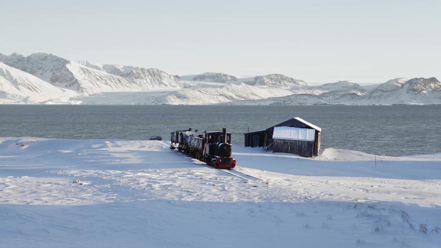 Ny-Ålesund, una localidad en la isla de Spitsbergen que se encuentra en el archipiélago de Svalbard. Sirve como base de investigación científica para la zona y tiene una población de unas 35 personas.