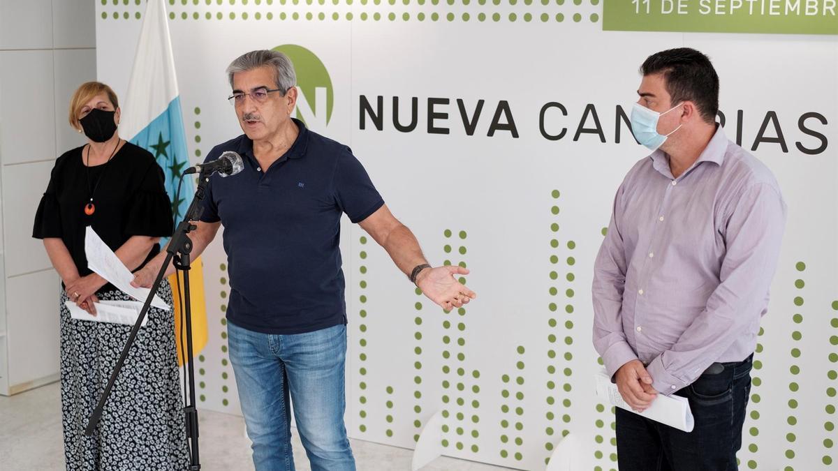 El presidente de Nueva Canarias, Román Rodríguez (c); el coordinador del partido en Tenerife, Valentín Correa (d); y la también responsable del partido, Carmen Nieves Gaspar, en la rueda de prensa