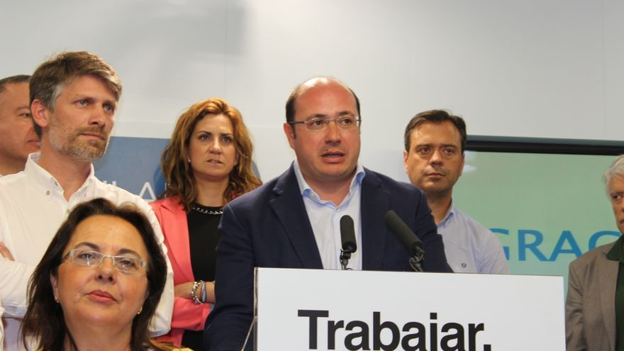 Pedro Antonio Sánchez ha comparecido ante los medios rodeado por sus 21 compañeros elegidos para la Asamblea Regional / MJA