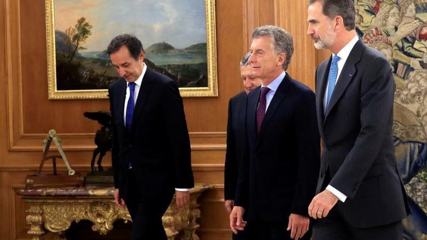 El rey Felipe VI (d), y el presidente de Argentina Mauricio Macri (c), el embajador de la República Argentina en España, Federico Ramón Puerta (2i), y el secretario de Asuntos Estratégicos del Gobierno argentino, Fulvio Pompeo (i), durante la audiencia en el Palacio de La Zarzuela en Madrid.
