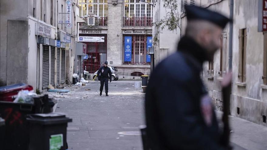 Un encapuchado hiere a un profesor en una escuela de las afueras de París en nombre del EI