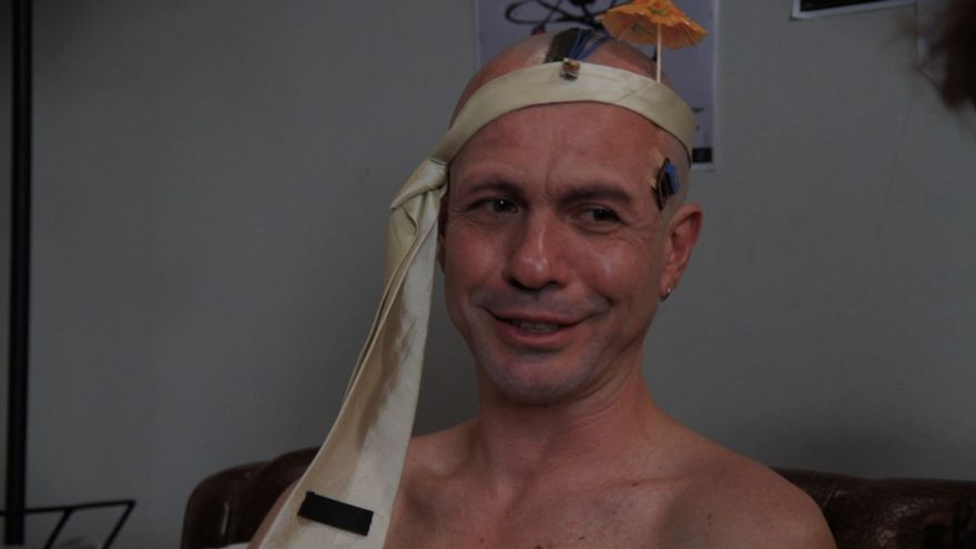 Fotograma de Paradoja Temporal: Santi regresa de un futuro más allá de la Singularidad con implantes cerebrales