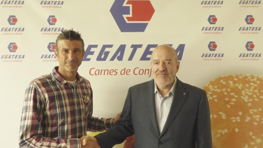 El entrenador del CD Tenerife, José Luis Martí, junto al presidente de la entidad, Miguel Concepción, tras rubricar el acuerdo.