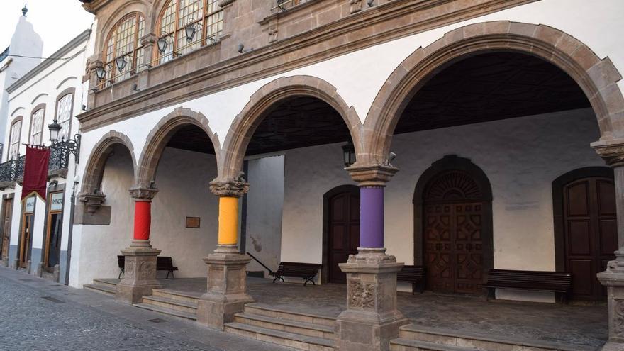 En la  imagen, tres columnas del atrio del Ayuntamiento de Santa Cruz de La Palma, en la mañana de este domingo, forrada con los colores de la bandea de la II República.
