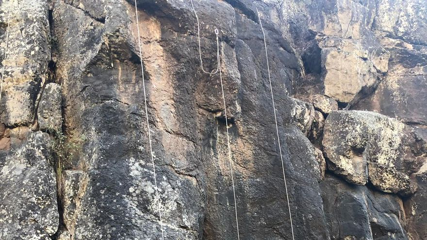 Partipantes  curso de trabajos verticales en la zona que se usa  como 'escuela de escalada' en el barranco de La Madera.