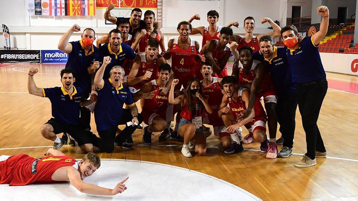 Selección española U18 celebrando el triunfo.