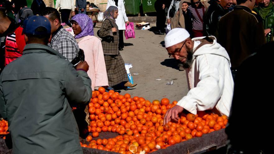 Un hombre mira fruta en la Plaza El-Hedim, en Mequínez. VIAJAR AHORA