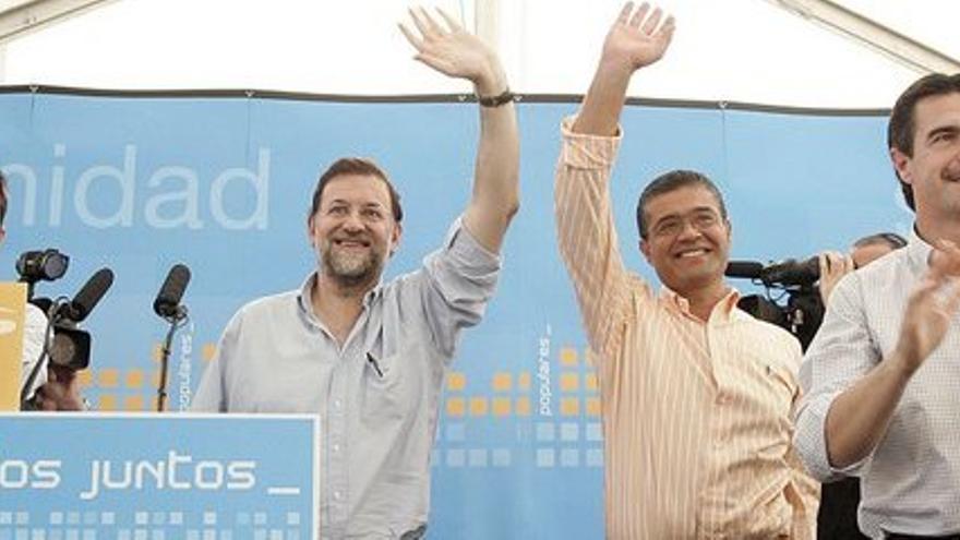 Rajoy junto al alcalde de Mogán, y al lado de éste, José Manuel Soria, en el mitin de 2005.