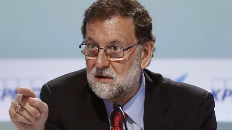 """Rajoy pide a la sociedad movilizarse ante el proceso, que compara con el """"brexit"""""""