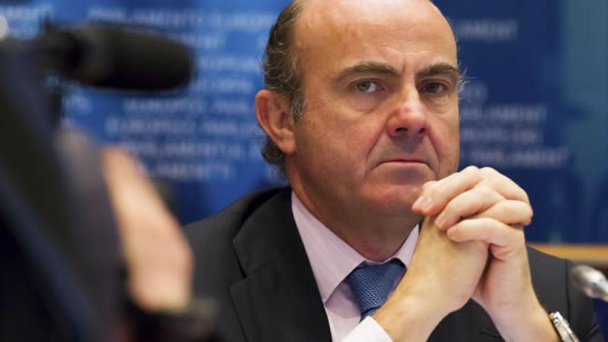 DE Guindos en el Parlamento Europeo.  EFE/Julien Warnand
