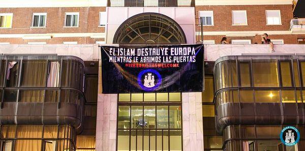 Pancarta «El Islam destruye Europa mientras le abrimos las puertas #TerrorismoWelcome» | Fotografía: HSM