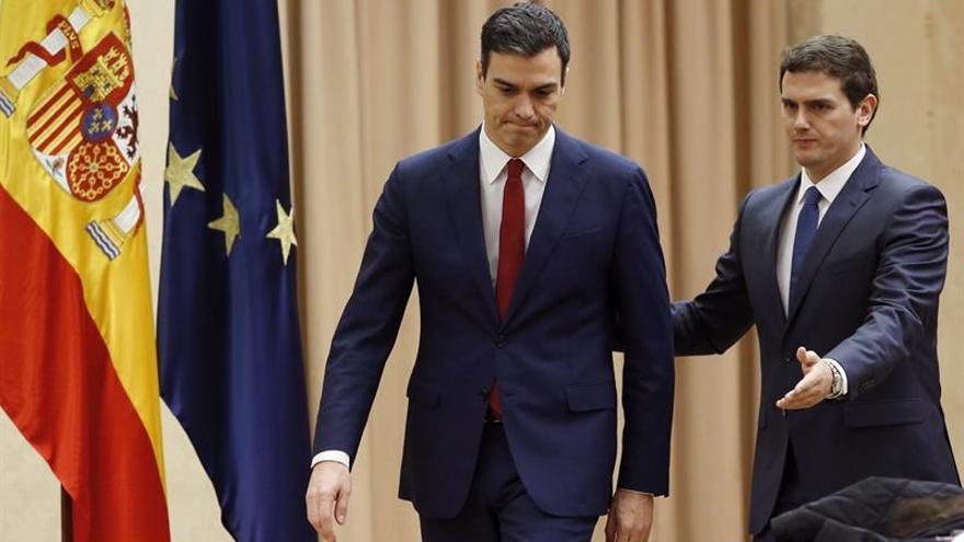 Rivera señala el camino a Sánchez antes de la firma del pacto.