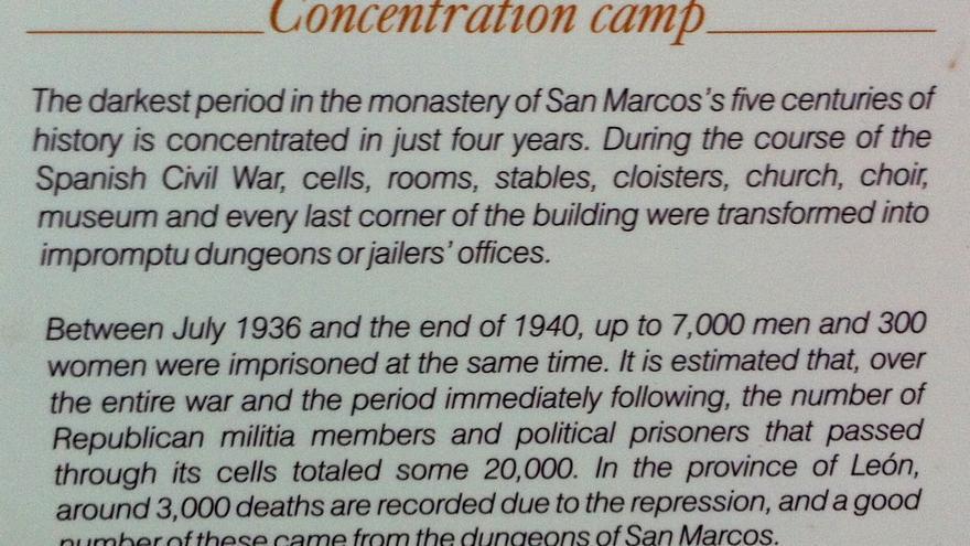 Un cartel explicativo del pasado del Hostal San Marcos como campo de concentración, situado en el claustro del edificio. Foto: Wilfried Stuckmann.