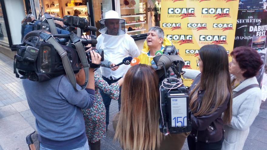 Concentración por fuera del Parlamento de Canarias de los apicultores locales