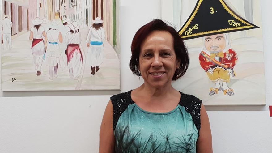 Mariana Arranz junto a dos de sus cuadros en la Sala O'Daly.