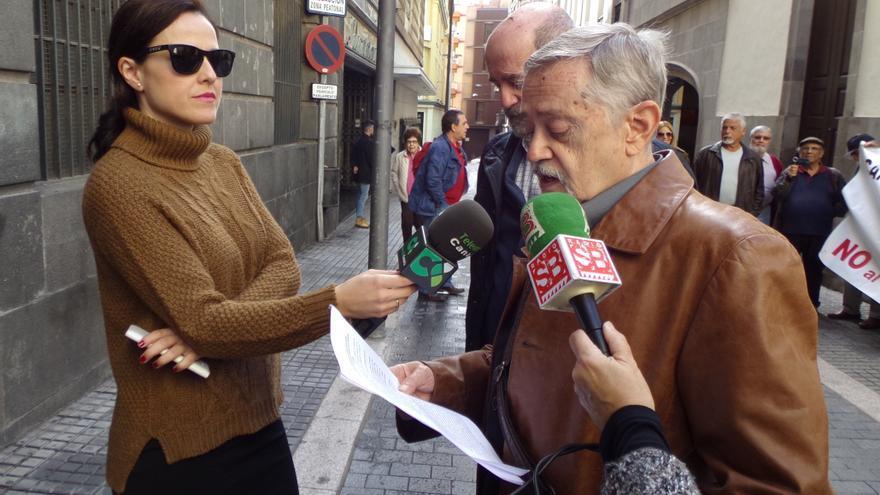 Julián Ayala, periodista y portavoz del colectivo, atiende a los medios