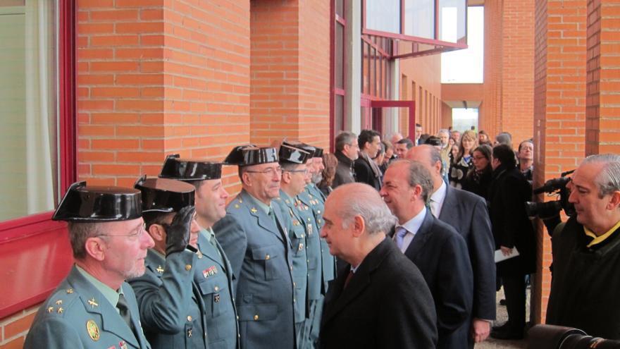 El ministro del Interior propone una condecoración para el policía que salvó a una mujer en el metro de Madrid