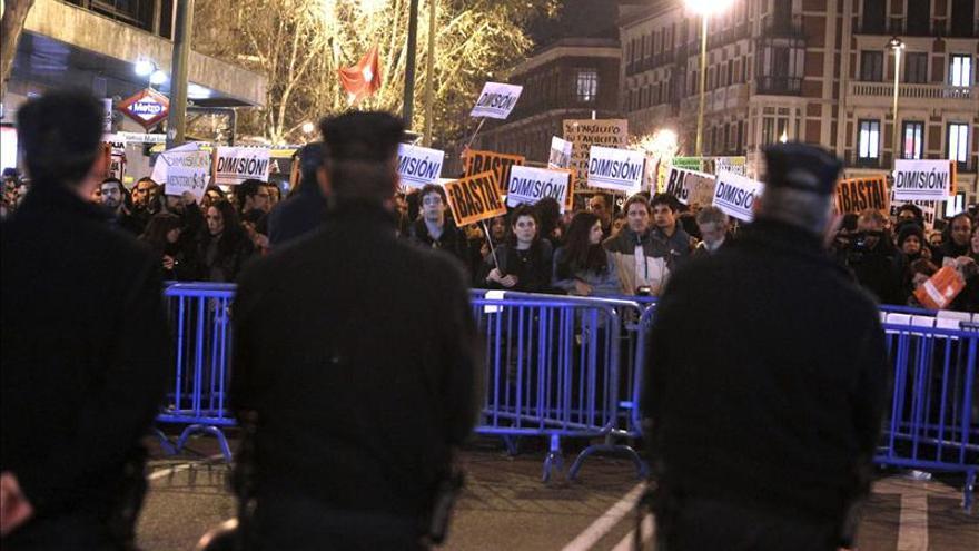 Unos 500 manifestantes claman contra la corrupción ante sede del PP en Madrid