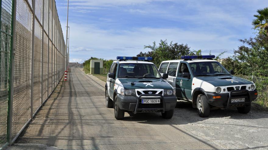 La Guardia Civil situada en uno de los puntos calientes de la verja cerca de Farhana / J. Blasco de Avellaneda